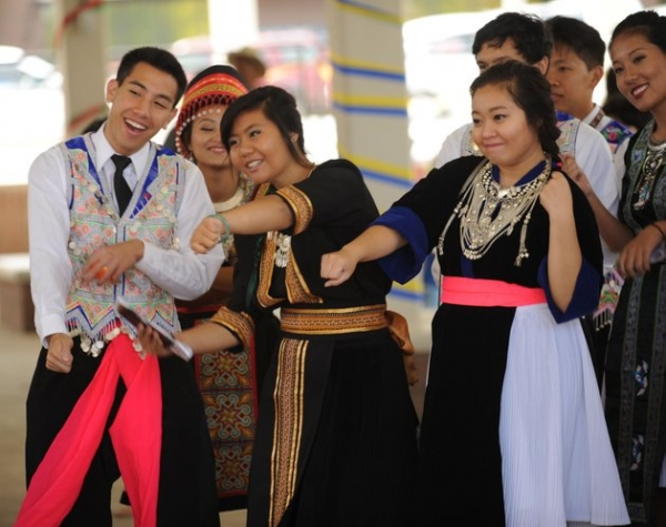 Jesse Tran (from left), Dana Ninkham and Emily Yang, all members of the Hmong Student Organization of Arkansas at the Un